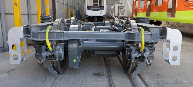 BOGIE Motor para el Tren regional de Arabia Saudí. Regional Diesel. El tren es un Push-Pull cuya cabeza tractora desarrolla una potencia de 3600 kW mediante propulsión diesel-eléctrica. Se conduce desde los dos extremos, puesto que cuenta con dos cabinas, cuyas funcionalidades son análogas.  La cabeza tractora es la que proporciona toda la energía necesaria para el correcto funcionamiento del tren. El tren se compone de 5 coches de pasajeros con una cabeza tractora que se conduce desde los dos extremos. Una cabina estará en la propia cabeza tractora mientras que la otra cabina estará en el coche de control. Se pueda circular con dos unidades acopladas que se conducen desde los dos extremos. Estas cabinas de conducción tendrán un conductor y 2 acompañantes. Factoría de Irun. Irun, 12 de enero de 2012 © Karlos Corbella –argazkilaria-
